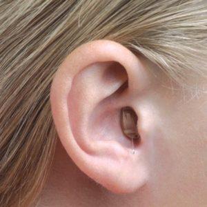 oreja-audifono-indossato-saturada