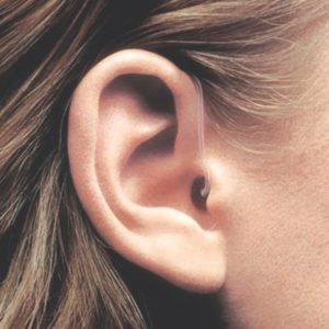 oreja audifono indossato