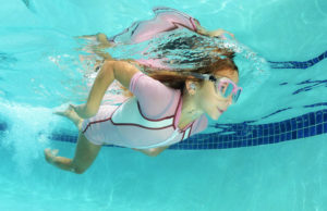 Com puc protegir les meva oïda a l'aigua?
