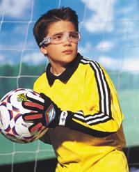 Ulleres esportives per a nens: especial futbol i bàsquet!